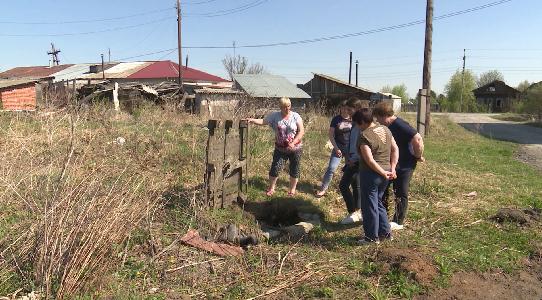 Без воды несколько недель сидят жители дома в поселке Дружинино