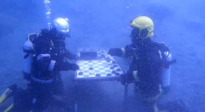 Вот это партия: пожарные сыграли в шашки под водой