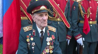 Парад под окнами провели военные для ветерана