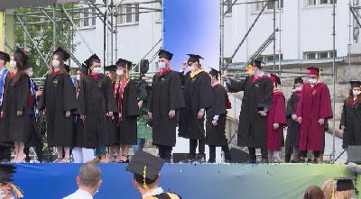 Тысячи выпускников УРФУ получили дипломы