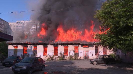 Пустующее здание загорелось на улице Сони Морозовой