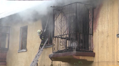 Сотрудники МЧС спасли человека из горящего здания