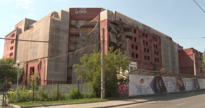 В Екатеринбурге сносят заброшенную гостиницу «Дели»