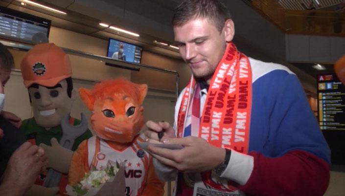 Серебряный призёр Олимпиады Илья Карпенков вернулся в Екатеринбург
