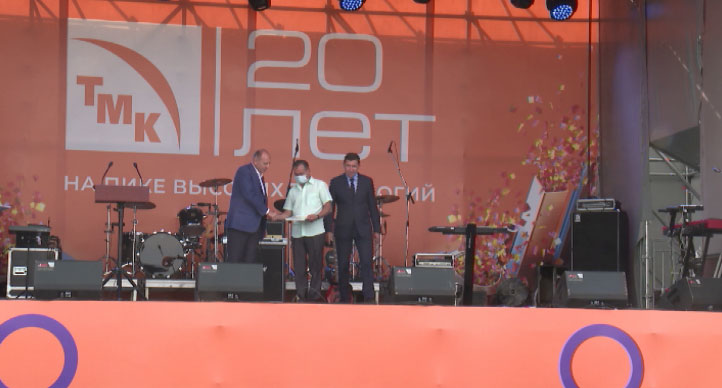 В Первоуральске в День металлурга работники завода получили награды