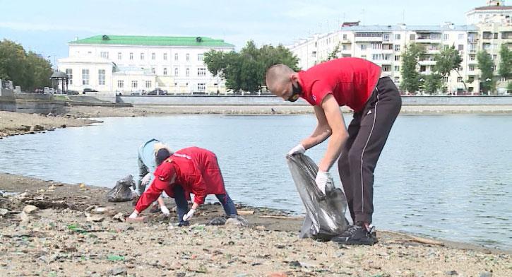 Волонтёры занялись генеральной уборкой набережной Исети