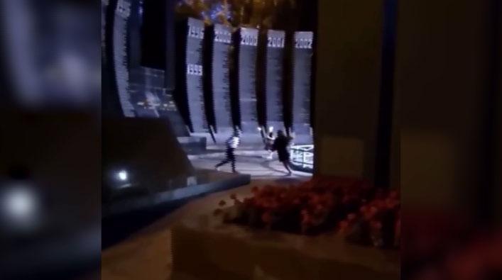 Школьницы устроили танцы на мемориале «Чёрный тюльпан»