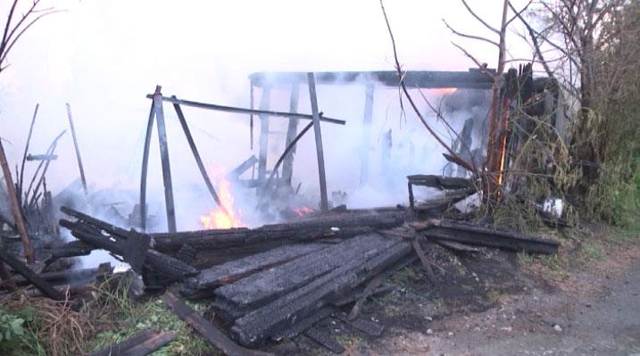 На улице Проезжей полностью сгорел деревянный дом