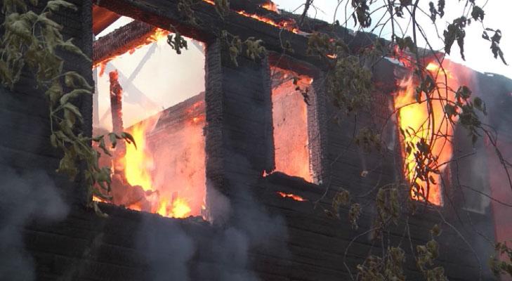 На Шефской сгорел деревянный барак