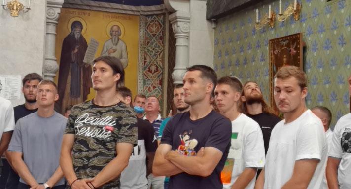 Для футболистов «Урала» провели экскурсию по музею Храма-на-Крови