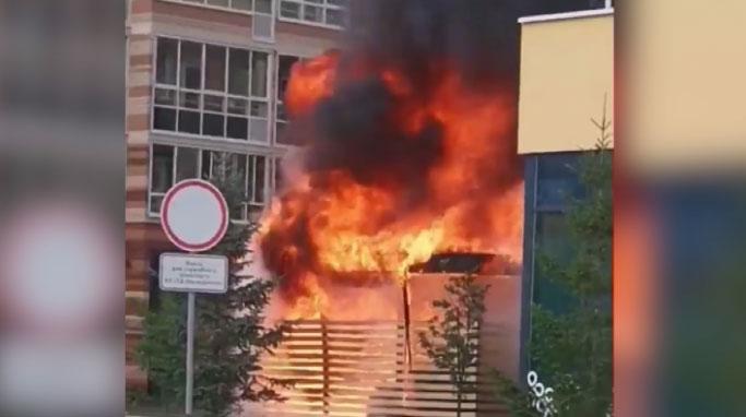 В Солнечном загорелся пристрой продуктового магазина