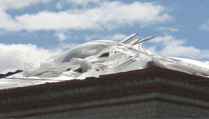 Капремонт по-новому: рабочие закрыли часть крыши обычной плёнкой