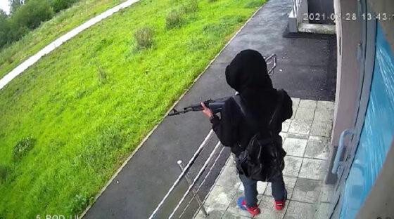 Человек с автоматом напугал жителей Мичуринского