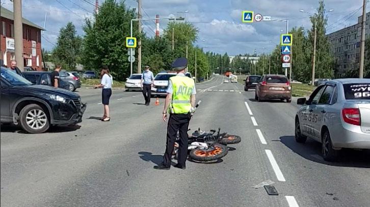 Мотоциклист взял кроссовер на таран