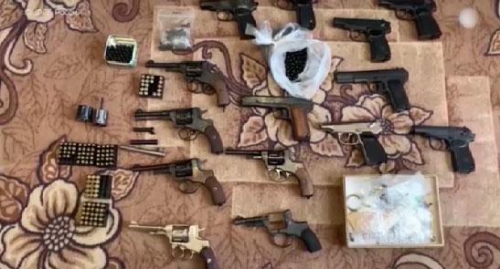 Сотрудники ФСБ задержали десятки нелегальных торговцев оружием