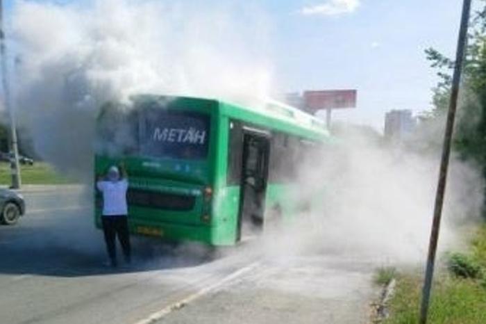 В Екатеринбурге загорелся автобус с пассажирами