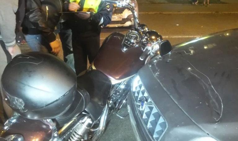 На Куйбышева иномарка не пропустила мотоцикл. Байкеру зажало ногу