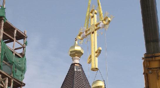 На храм в селе Новоипатово установили крест