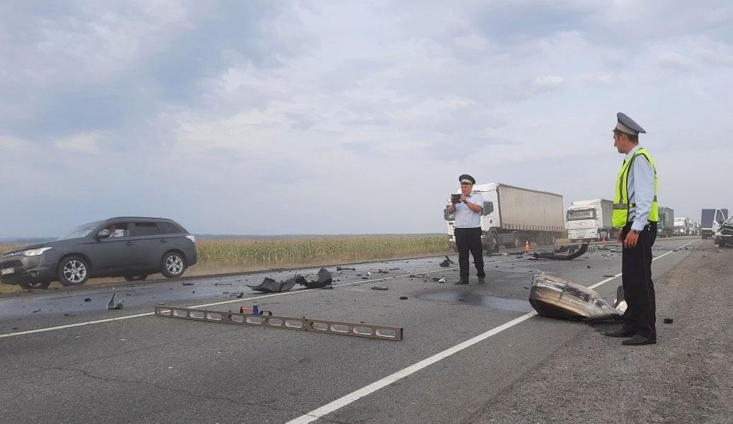 Фургон протаранил грузовик на трассе