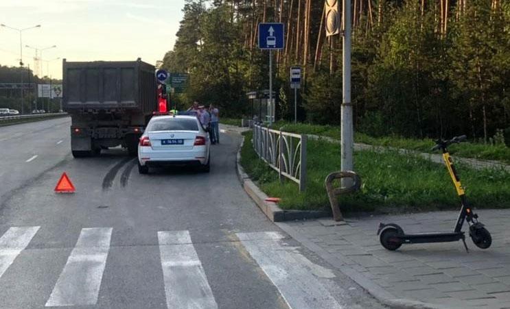 В Екатеринбурге в ДТП попала владелица самоката