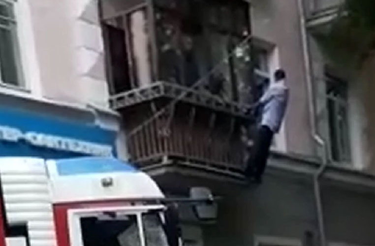 На Уралмаше мужчину сняли с балкона и передали полиции