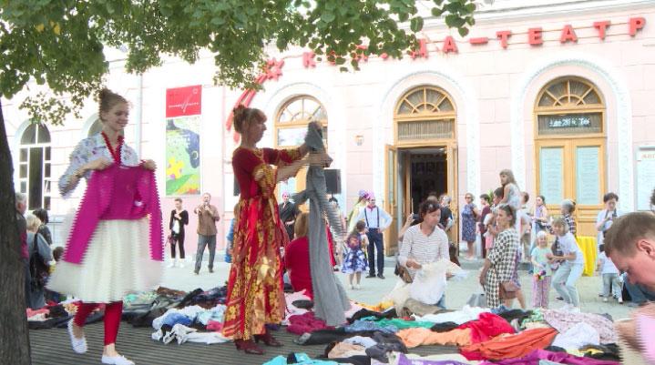 Начало нового сезона артисты «Коляда-театра» отметили благотворительной акцией