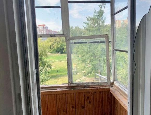 В Екатеринбурге женщина с малолетним ребенком выпрыгнула из окна