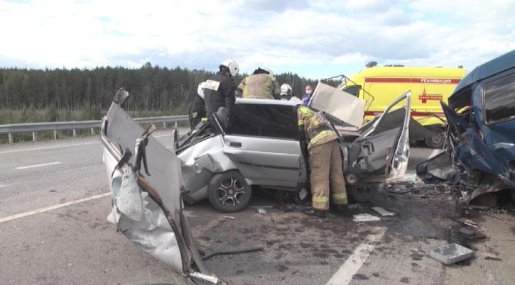 Автомобиль всмятку, водитель погиб на месте