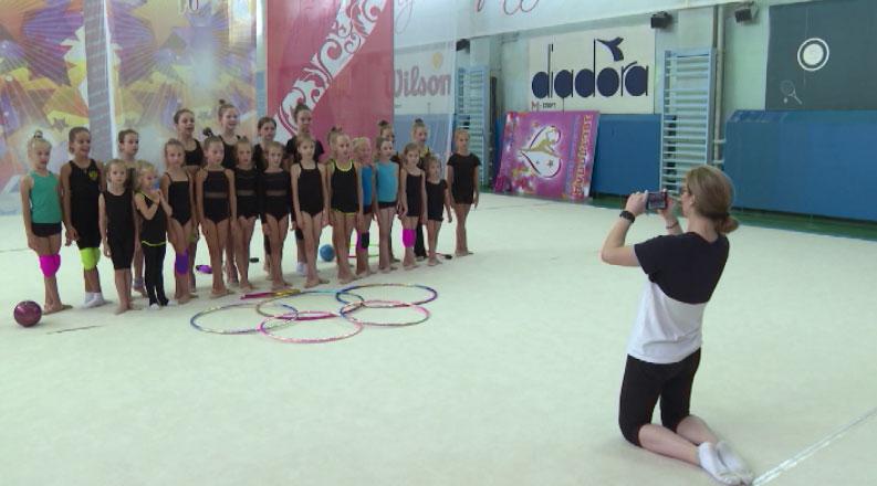 Юные гимнастки готовятся приветствовать Анастасию Татареву