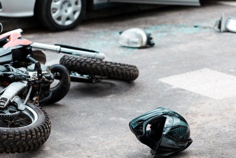Молодой мотоциклист врезался в Lada