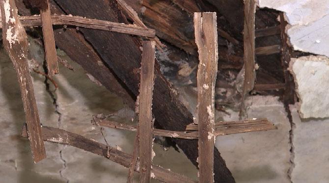 В Белоярском в многоквартирном доме прогнил потолок