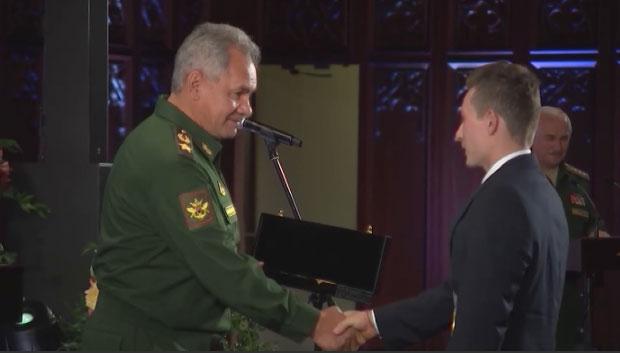 Сергей Шойгу наградил уральского спортсмена Давида Белявского