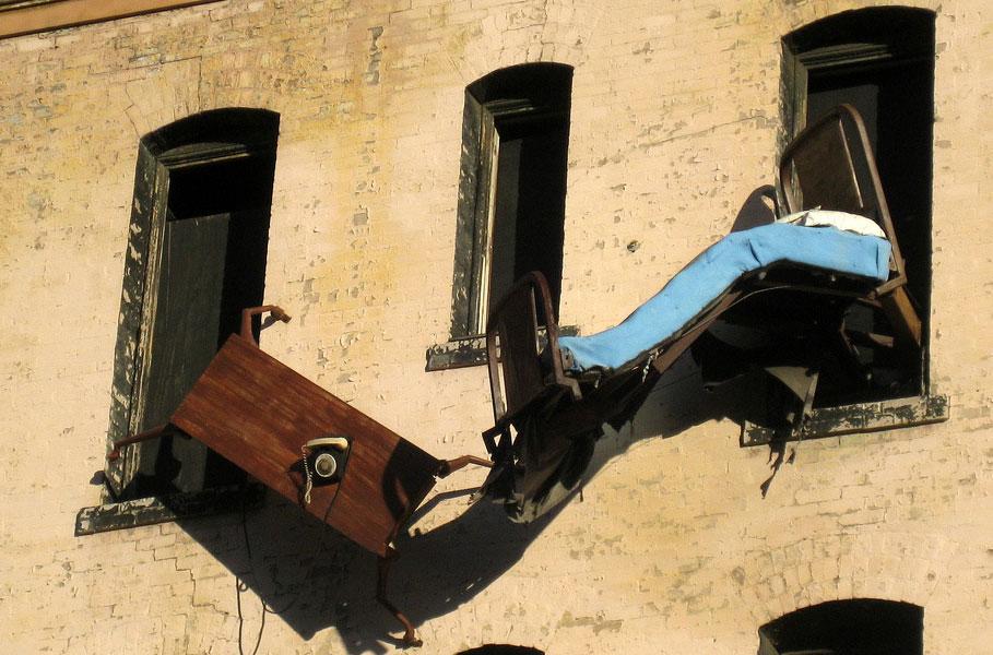 Верхней Пышме мужчина бросал стулья из окна 13 этажа