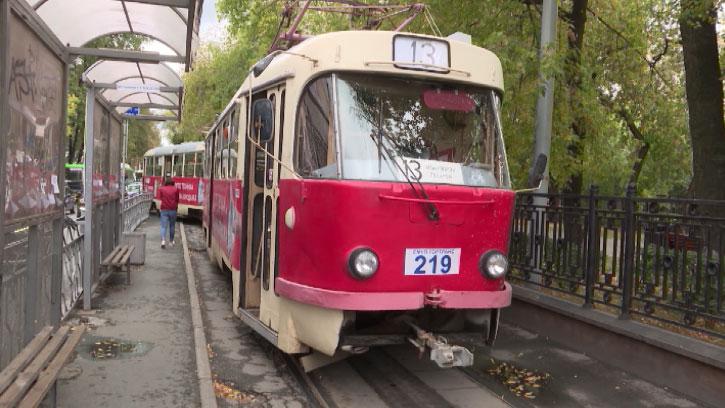 В центре Екатеринбурга трамвай сошёл с рельсов