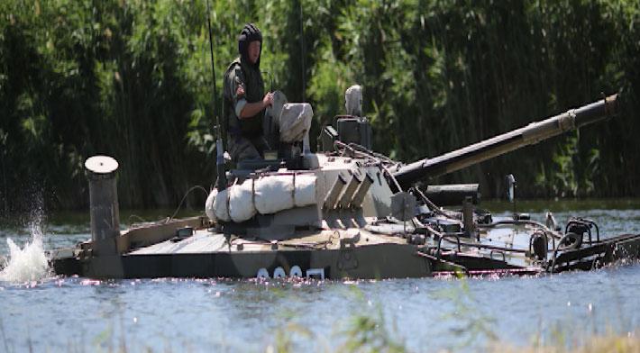 Механики-водители танков Т-72 сдали экзамен по подводному вождению