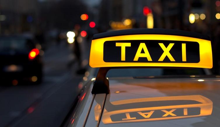 В центре уральской столицы загорелось такси