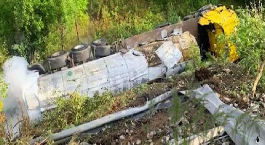 На Серовском тракте перевернулась цистерна с углекислым газом