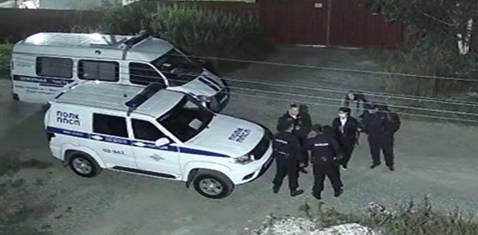 В Горном Щите на улице заметили мужчину с оружием