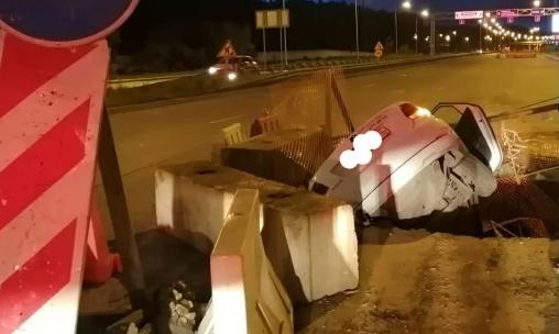 Таксист влетел в яму на раскопанной дороге