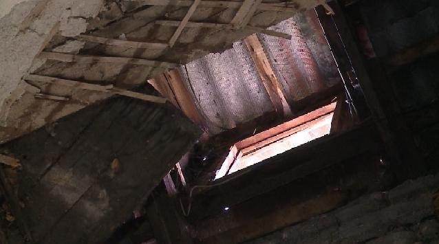 В Артёмовском в аварийном доме обвалился потолок