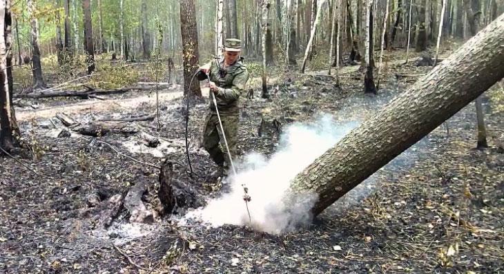 Военнослужащие ЦВО помогают тушить лесные пожары