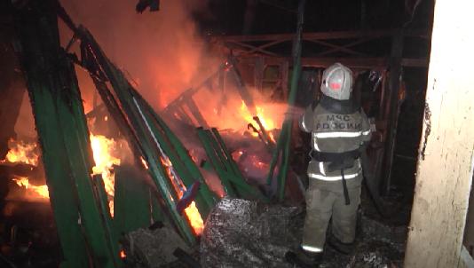 Ночью в Екатеринбурге тушили крупный пожар в садовом товариществе