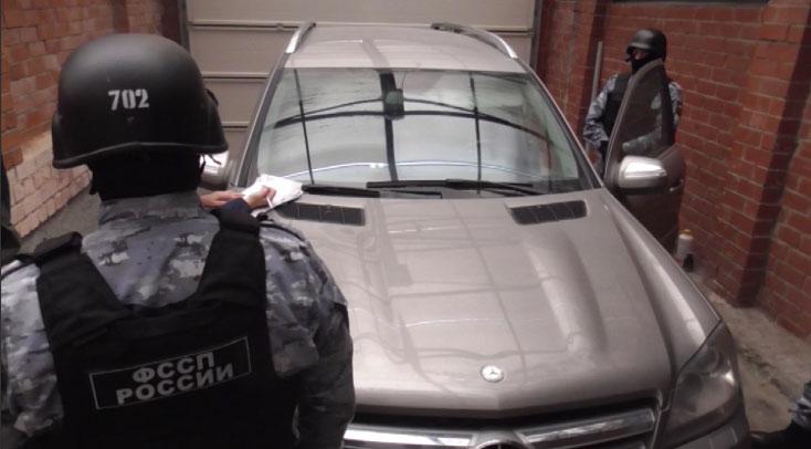 Приставы арестовали Mercedes у мужчины, затопившего соседей канализационными стоками