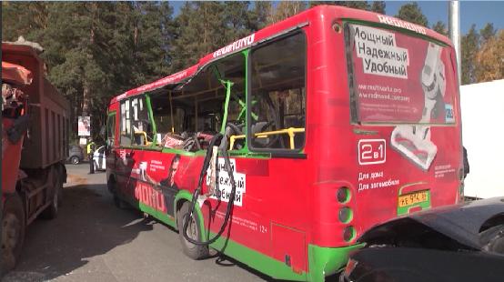 В «Светлом» столкнулись самосвал и пассажирский автобус