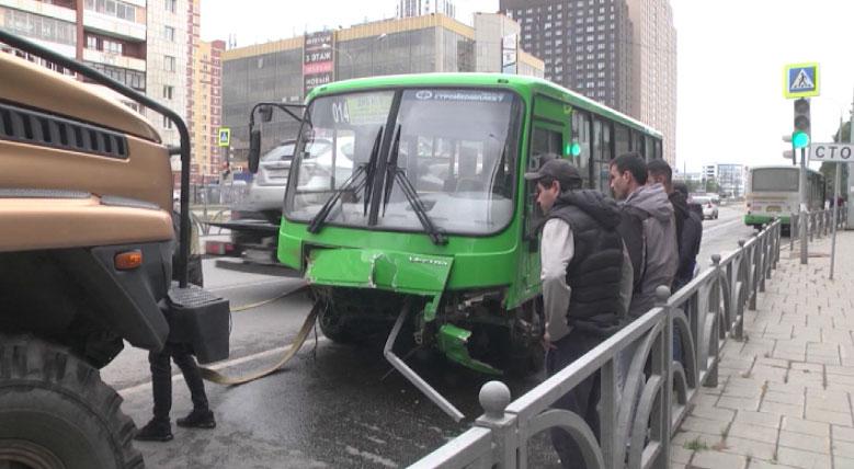 В Екатеринбурге произошло ДТП с участием маршрутки