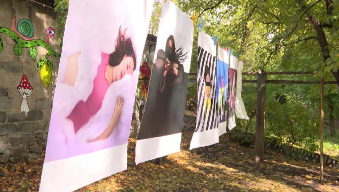Жители одного из домов Екатеринбурга организовали арт-пространство во дворе