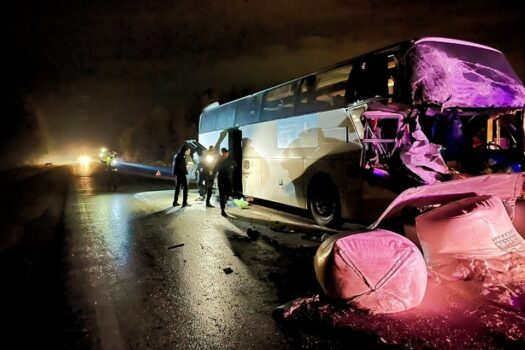 На Серовском тракте автобус столкнулся с грузовиком