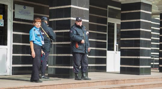 Бойцы Росгвардии проверили школы Екатеринбурга после сообщений о готовящимся нападении